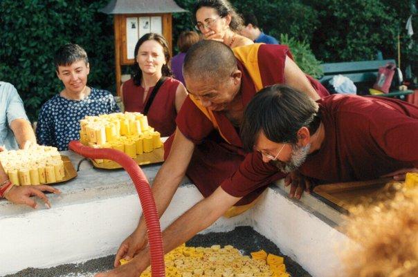Ghesce Ciampa Ghiatso intento a riempire lo stupa del Ven. Ghesce Yesce Tobten a Pomaia