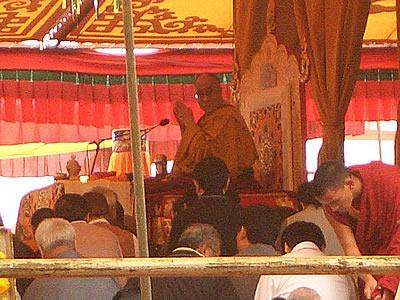 """Sua Santità il Dalai Lama al Kalachakra di Amravati India 2006: """"Il praticante deve inoltre provare un forte desiderio di realizzare l'illuminazione per il bene degli altri e avere una corretta visione della realtà""""."""