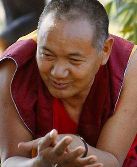 """Lama Yesce: """"Ognuno di noi necessita di metodi differenti che si accordino alla nostra costituzione psicologica, alle nostre attitudini mentali e personalità; ognuno di noi necessita di un approccio differente per poter ottenere l'illuminazione""""."""