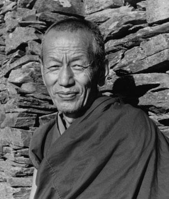 Il Ven. Ghesce Yesce Tobten nel suo eremo di meditazione, dove era chiamato Gen Dubtop, il detentore dei Siddhi.