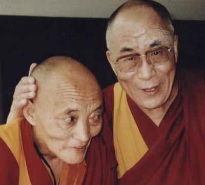 Sua santitàil Dalai Lama benedice il Ven. Tulku Ghiatso