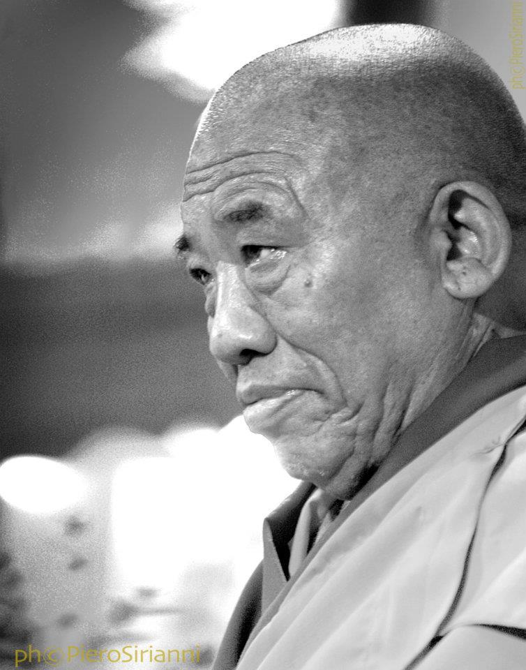 Ghesce Ciampa Ghiatso: Ora cerchiamo di fare un po' di meditazione. Cercate di concentrarvi sulla mente nell'aspetto di amore e compassione. Cercate di manifestare quella mente e poi di mantenerla in quello stato. Cercate di sviluppare una buona motivazione che desidera ottenere la buddhità per il beneficio di tutti gli esseri senzienti e per questo ci impegniamo nell'ascolto.