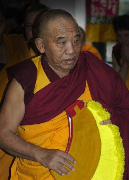 """Ghesce Ciampa Ghiatso: Buddha Sakyamuni disse: """"le sofferenze degli esseri senzienti non si possono portare via con le mani, come si eliminano le spine dalla pelle. Non possono neppure essere lavate"""". Non si possono eliminare le sofferenze e le emozioni afflittive con un'abluzione. """"Non è neppure possibile per i Buddha trasferire le proprie realizzazioni negli esseri"""". Allora cosa può fare? """"dare insegnamenti della vacuità, talità, di tutti i fenomeni. In questo modo se i discepoli usano lo sforzo gioioso e praticano e meditano possono eliminare le emozioni afflittive e liberarsi di tutte le sofferenze""""."""