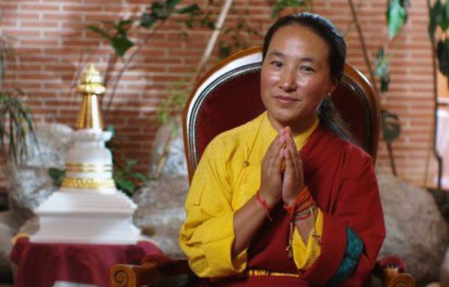 Khandro-la: La cosa di cui sono certa è che ho forti impronte karmiche perché sono molto vicina a Sua Santità e a molti altri grandi Lama in Tibet e fuori dal Tibet. Alcuni Lama dal Tibet, che non ho nemmeno mai conosciuto, mi esprimono affetto, rispetto, mi augurano cose belle, e alcune volte mi mandano offerte e preghiere.