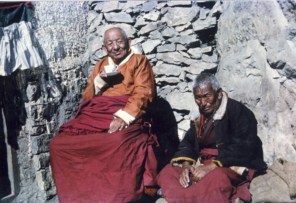 Il Ven. Lama Tsenzhab Serkong Rinpoche maestro dei grandi meditatori, qui nel suo eremo nei boschi e sulle montagne nivali sopra Dharamsala.
