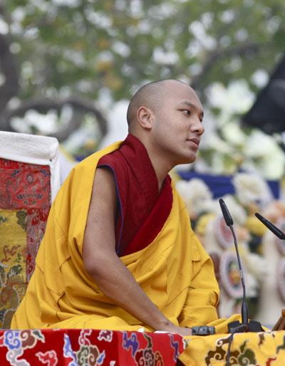 """17° Karmapa Ogyen Trinley Dorje: """"Penso che per ricordare a noi stessi il fatto che il maestro abbia realmente la qualità di realizzazione e di libertà come quelle del Buddha, immaginiamo e pensiamo al maestro come il Buddha, come un modo per tornare dal regno della fantasia al regno della realtà""""!."""