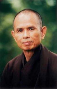 """Thich Nhat Hanh: """"Se chiedete a qualcuno cosa prova e lei o lui risponde """"sono infelice"""", potete praticare insieme la meditazione camminata e questo, da solo, basterà a portare un po' di gioia""""."""
