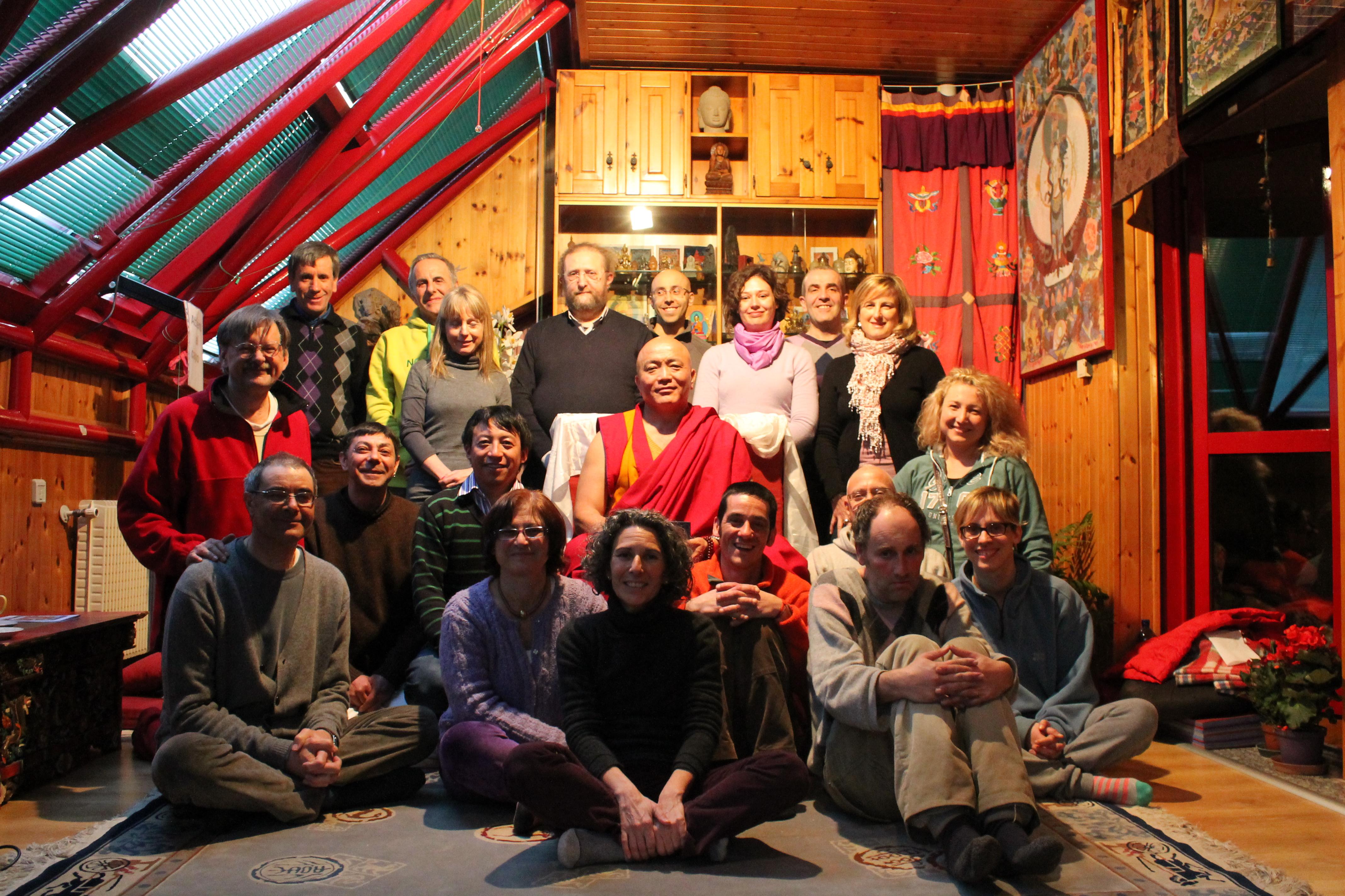 Il Ven. Ghesce Tenzin Tenphel coi partecipanti al suo insegnamento al Centro Studi Tibetani Sangye Cioeling di Sondrio il 16 marzo 2013.