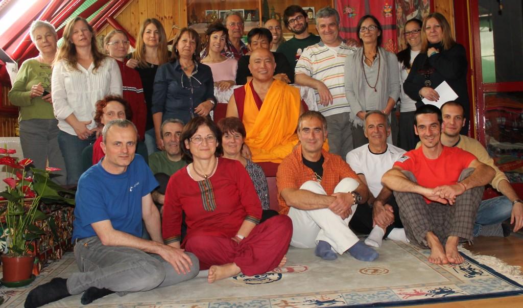 Il Ven. Ghesce Tenzin Tenphel coi partecipanti al suo insegnamento al Centro Studi Tibetani Sangye Cioeling di Sondrio il 17 e 18 maggio 2014