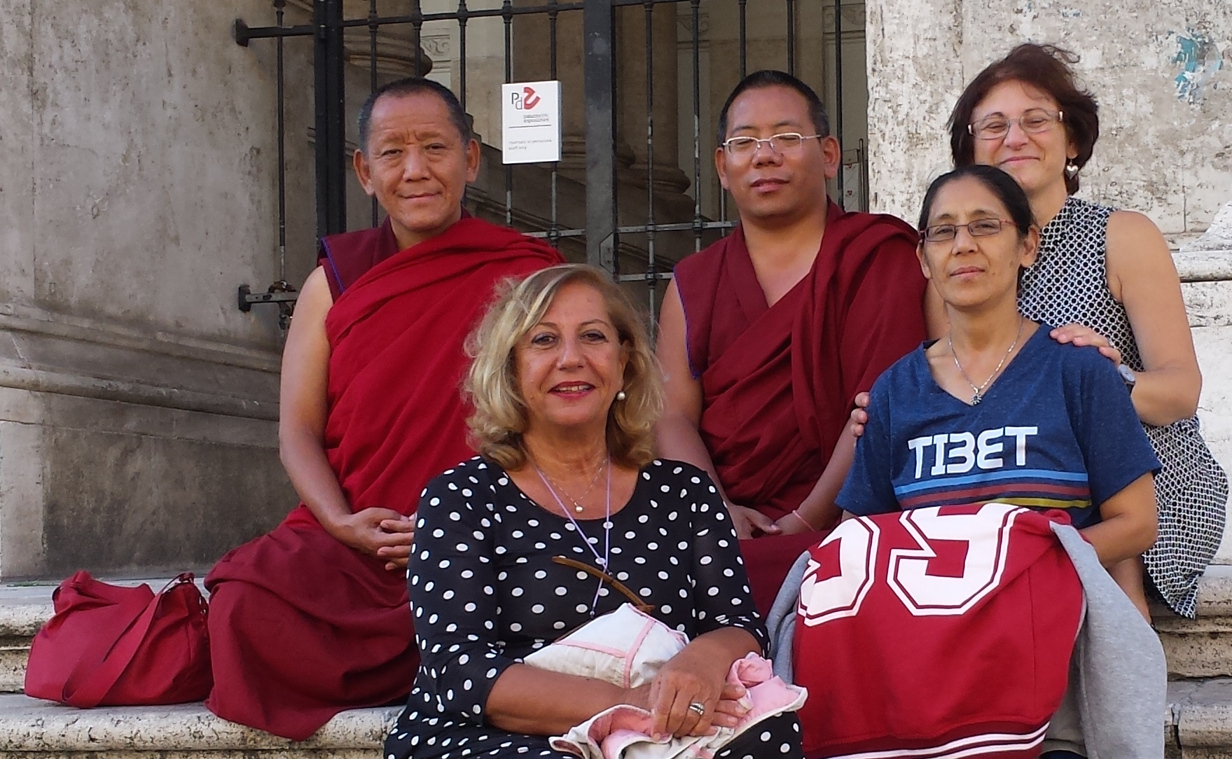 Ven Chusang Rinpoche: Qual'è il vero problema all'origine della sofferenza? Ven Chusang Rinpoche col Ven. Lobsang Donden, sua sorella Dechen, la Dr.ssa Alessandra Vannelli e Graziella Romania