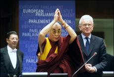 Sua Santità il Dalai Lama saluta il Parlamento Europeo, gli è accanto il Presidente Hans Gert-Pöttering