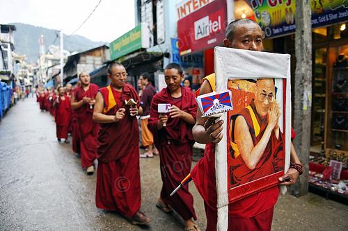La pacifica marcia delle candele promossa a Dharamsala da migliaia e migliaia di monaci tibetani