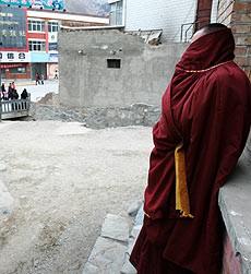 A Lhasa un monaco cerca di sfuggire alle retate della polizia cinese