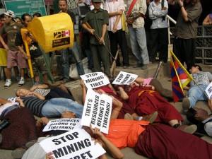 Manifestazione a Dharamsala India contro lo scempio ambientale causato dall'indiscriminato sfruttamento minerario in Tibet