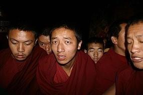 Si fa sempre più difficile la vita dei monaci tibetani in Tibet.