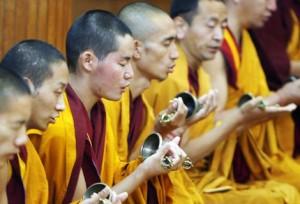 Si fa sempre più ardua la possibilità dei monaci tibetani di praticare la loro fede in Tibet.