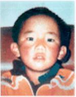 Nel 1995 il Dalai Lama riconobbe come 11ma reincarnazione del Panchen Lama il piccolo Gedhun Choekyi Nyima, di 6 anni, nella foto. Le autorità cinesi lo hanno fatto sparire e nessuno sa dove sia.