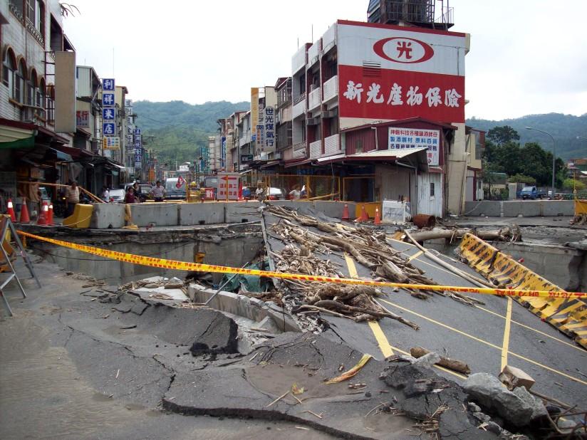 Sua santitàil Dalai Lama ha portato solidarietà e conforto a Taiwan nei luoghi colpiti dal tifone Morakot che ha ucciso almeno 600 persone e distrutto interi villaggi sommersi sotto montagne di fango e pietre.