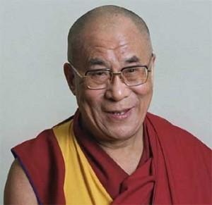 Il Dalai Lama in visita a Taiwan per consolare e pregare per le vittime del tifone Morakot.