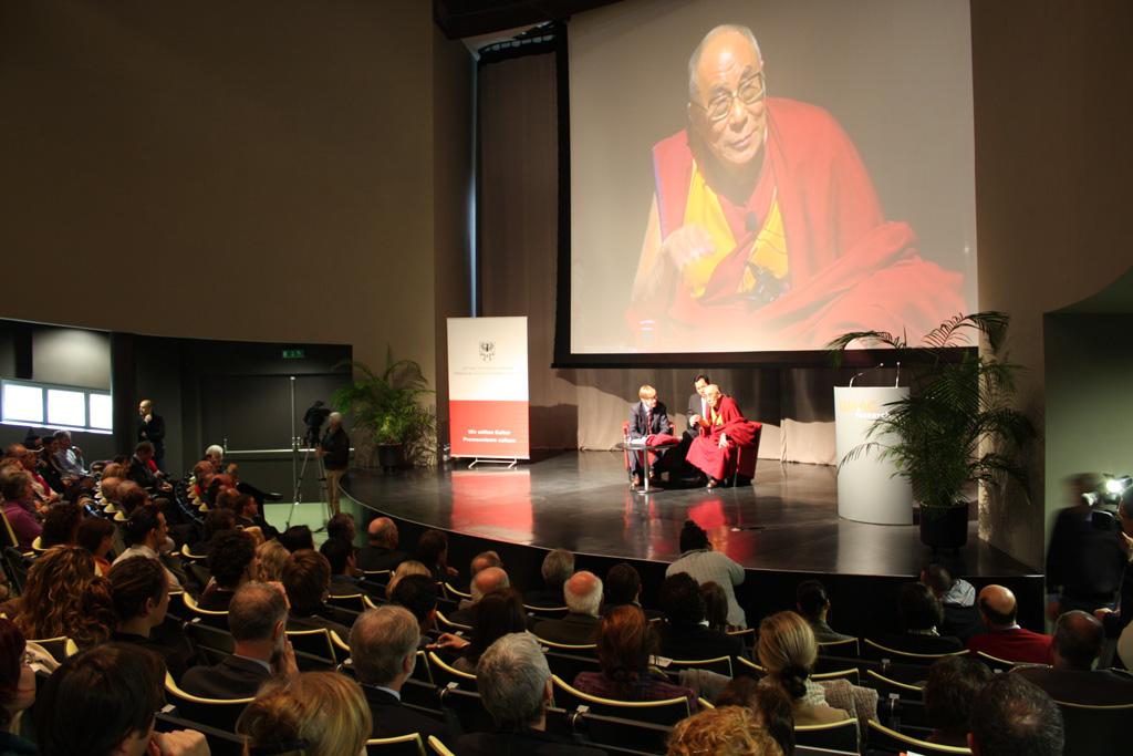 Sua Santità il Dalai Lama nel corso del suo intervento a Trento