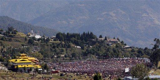 Migliaia di monaci e di devoti davanti al monasterodi Tawang ascoltano Sua Santitàil Dalai Lama