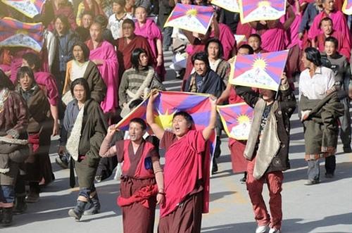 """I festeggiamenti per i 60 anni della Repubblica popolare cinese sono la celebrazione di """"60 anni di violenze, bugie e oppressioni contro i popoli del Tibet, del Turkestan orientale e della Cina"""". È quanto affermano i leader del Congresso dei giovani tibetani (Cgt)"""