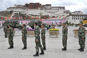 I soldati cinesi occupano militarmente il Tibet mentre i tibetani sostengono che le accuse contro Tenzin Delek sono infondate e che a suo carico non esistono prove certe.
