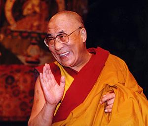 """Pechino si vanta della modernizzazione industriale del Tibet che sta portando benessere alla regione. Ma secondo il Dalai Lama questa politica sta portando al """"genocidio culturale"""" del Tibet."""