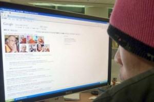 Un navigatore del web legge su Google le notizie, finora censurate, su Sua Santità il Dalai Lama ed il Tibet