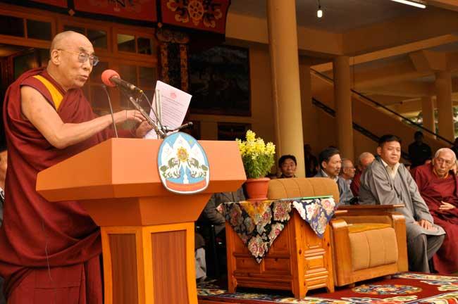 Sua Santità il Dalai Lama il 10.03.2010 mentre  tiene a Dharamsala, India, al popolo tibetano in esilio il discorso in occasione del 51° anniversario dell'insurrezione del Tibet
