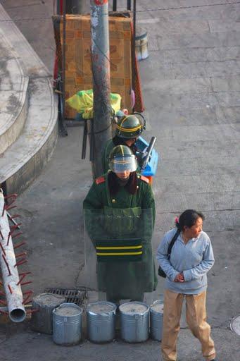 poliziotti cinesi pattugliano Lhasa. Secondo dati di Tchrd sono migliaia i tibetani detenuti dalle autorità cinesi, senza che siano formulate accuse specifiche a loro carico.