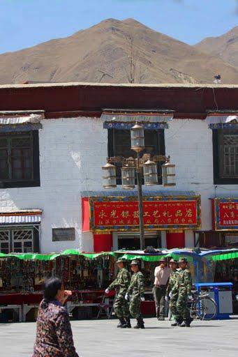La polizia cinese presidia Lhasa. Secondo il governo tibetano in esilio le vittime delle le proteste di marzo '98 sono oltre 220; inoltre, altri 7mila tibetani sono stati arrestati e di loro non si sa più nulla. Mentre per le fonti ufficiali di Pechino sono solo 22 morti.