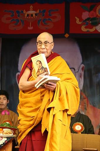 Sua Santità il Dalai Lama presenta il 30 dicembre 2009 a Dharamsala il nuovo libro per ricordare la figura del Panchen Lama, in occasione del 20° anniversario della sua misteriosa morte.