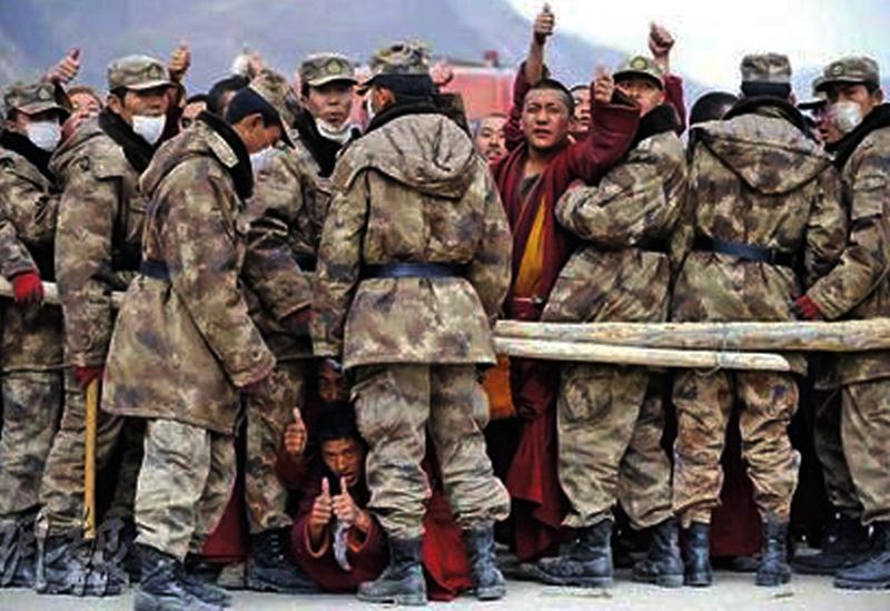Soldati cinesi bloccano i monaci dei monasteri della regione di Yushu nel Kham che intendono portare aiuto alle popolazioni terremotate