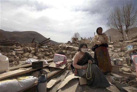 Donne tibetane tra le macerie delle loro case a Gyegu, Yushu