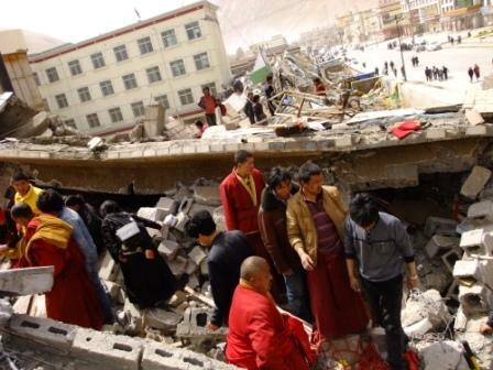 Dal 2006 decine di migliaia di nomadi tibetani sono stati deportati nelle città e obbligati a lasciare le loro tende e i loro armenti per essere forzatamente urbanizzati