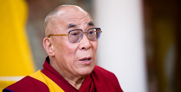 """Sua Santità il Dalai Lama: """"Mi congratulo con la comunità monastica, i giovani e le molte altre persone provenienti da aree vicine per il loro sostegno e l'assistenza alle famiglie di coloro che hanno perso tutto""""."""