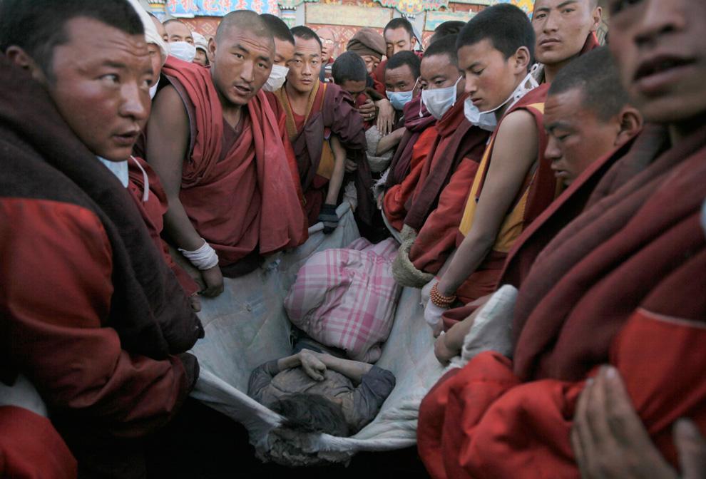 I monaci tibetani della zona, i primi ed i più attivi nel portare degli aiuti effettivi, dicono che le vittime del terremoto sono tra 4 e 10mila, basandosi sulle preghiere chieste dai familiari e sul numero dei corpi cremati, e non 2.220 come indicato dalle autorità cinesi.