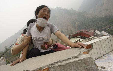 Il dolore incontenibile della popolazione che ha visto distruggere famiglie e case dal sisma