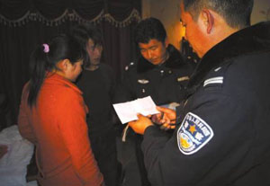 La polizia cinese ferma i ragazzi tibetani.