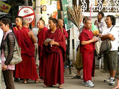 Il fondatore dell'istituto Khenpo Jigme Phuntsok è morto per cause mai chiarite durante il ricovero in un ospedale di Chengdu, il 7 gennaio 2004.