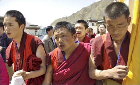 Con Samdup Gyatso è il secondo arresto di un tibetano che chiede una corretta gestione dei beni inviati dopo il terremoto del Qinghai, che ha ucciso migliaia di tibetani.