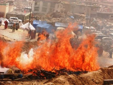 Sono oltre 10.000, stando alle fonti tibetane, i morti del terremoto di Yushu, che qui vediamo in una delle cremazioni di massa.