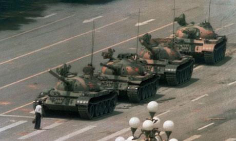 """L'anonimo ed eroico """"ragazzo col sacchetto""""che fermò per alcuni minuti i carri armati del governo mandati in piazza contro i manifestanti."""