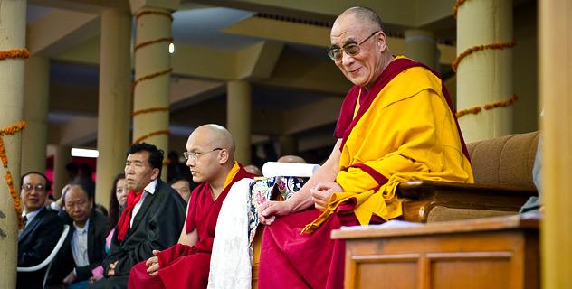 Sua Santità il Dalai Lama sorride benevolmente durante le celebrazioni per il suo 75° compleanno, a sinistra vediamo Sua Santità Gyalwa Karmapa.