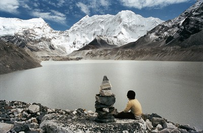 Nel distretto di Solukhumbu, alle pendici dell'Himalaya, centinaia di abitanti dei villaggi situati intorno al lago glaciale Imja (nella foto) hanno abbandonato le loro case per l'esondamento del bacino.