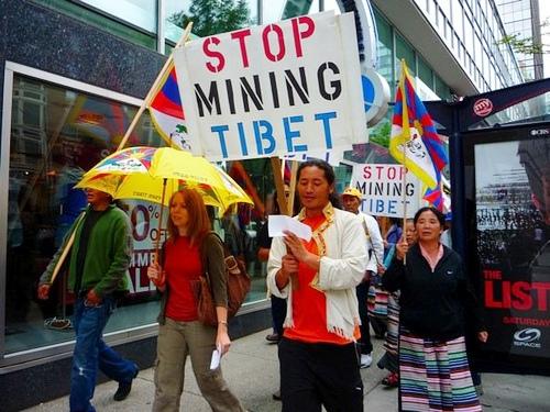 Dimostrazione contro lo sfruttamento minerario del Tibet.