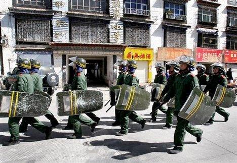 Lhasa: polizia cinese in assetto antisommossa in azione.