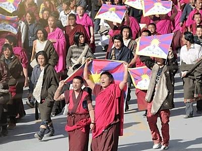 L'ultima iniziativa di Pechino è il tentativo di togliere il tibetano come lingua d'insegnamento in molte scuole tibetane, per sostituirlo con il mandarino cinese.