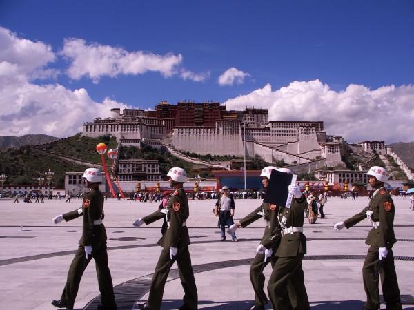 La polizia cinese presidia la spianata del Potala, la dimora del Dalai Lama a Lhasa.
